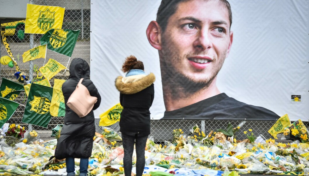 Sørgende supportere samlet seg utenfor Beaujoire stadium i Nantes da det ble kjent at Emiliano Sala hadde omkommet i en flystyrt. (Photo by LOIC VENANCE / AFP).