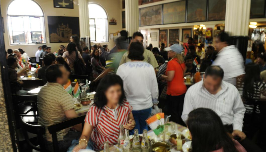 INNE PÅ LEOPOLD: Dette bildet tok Arne Strømme inne på Leopold Café 21. desember 2008 - tre uker etter terrorangrepet. - Vi satt ved bordet under bildet mellom de to vinduene, sier Arne til KK. FOTO: Arne Strømme
