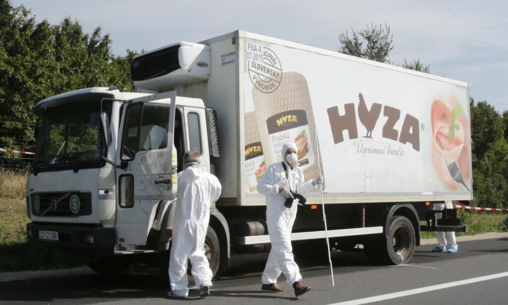 LASTEBILEN: Østerrikske etterforskere avbildet mens de undersøkte lastebilen. Foto: Heinz-Peter Bader / Reuters / NTB scanpix