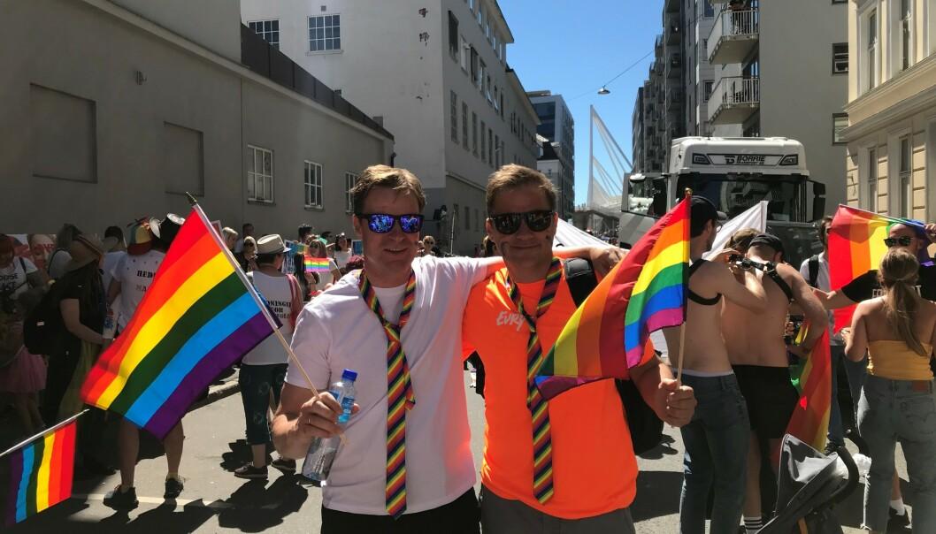 <strong>EN SELVFØLGE:</strong> Konsernsjef Per Hove sammen med HR-direktør Trond Vinje under fjorårets Pride. Foto: Evry