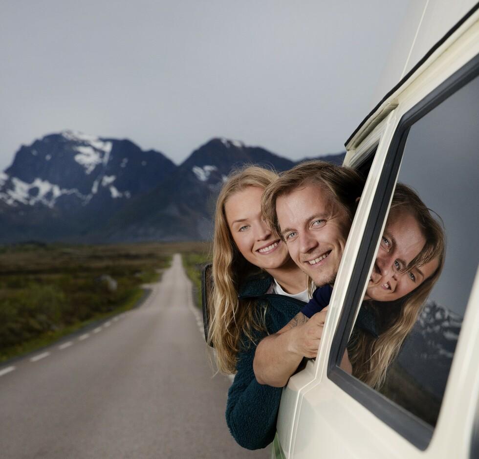 HJULSKIFT: De falt for hverandre - og for kassebilen Harry. Nå har Karsten Ellingsen og Ingrid Raadim Hennig satset sparepengene sine på kassebilutleie i Lofoten. Foto: Agnete Brun