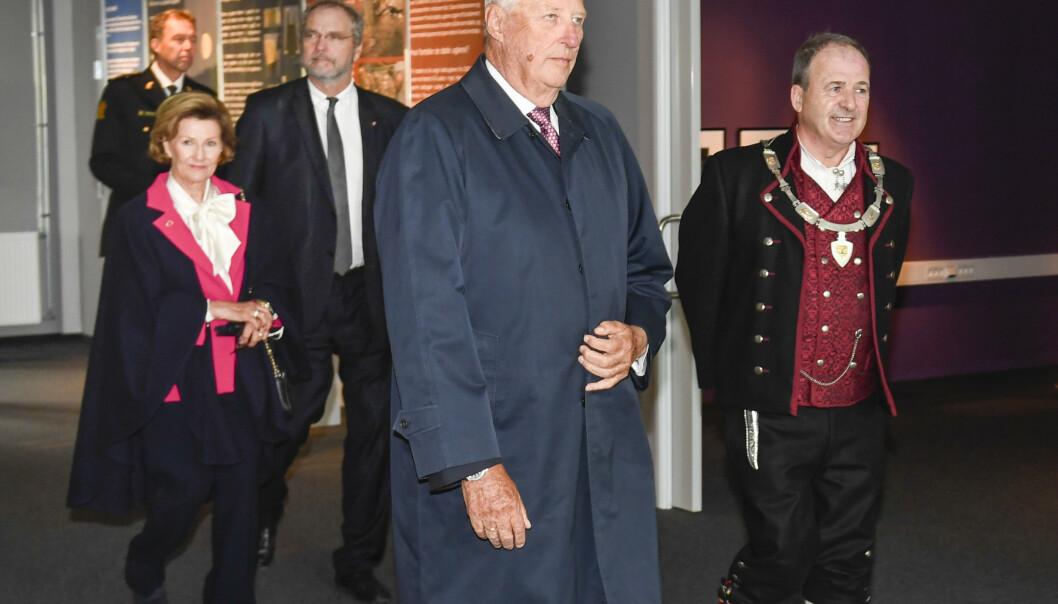Kong Harald og dronning Sonja er på fylkestur i Hordaland. Torsdag ankom de Askøy hvor de ble tatt imot av ordfører Terje Mathiassen. Foto: Marit Hommedal / NTB scanpix
