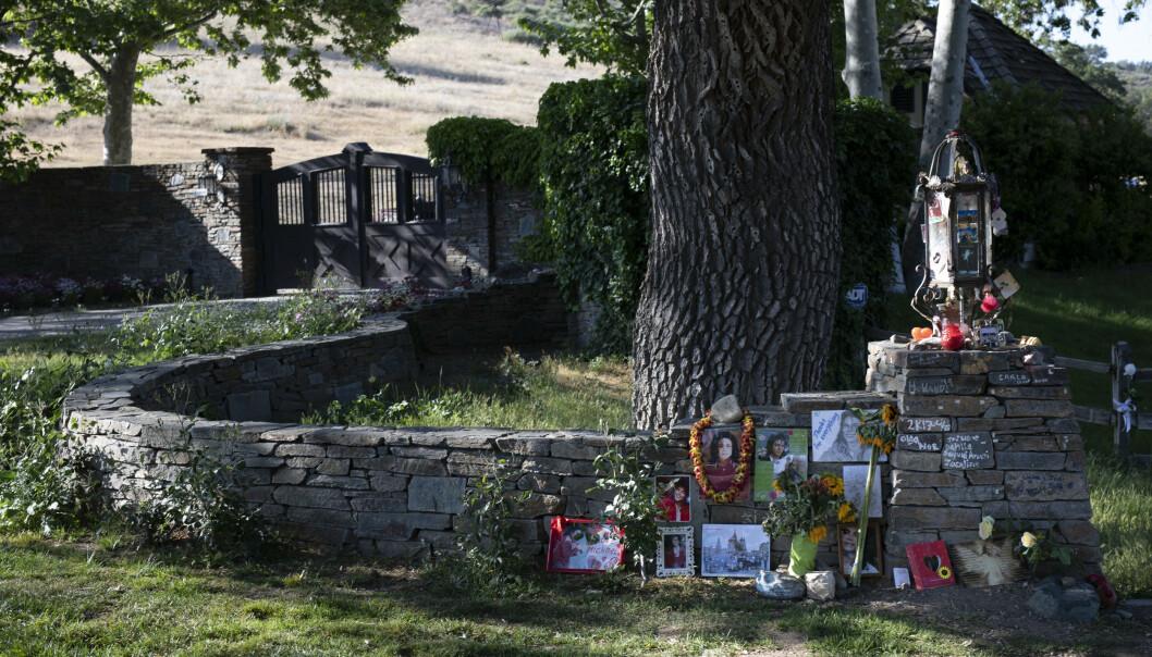 <strong>PORTEN LUKKET:</strong> Steinmuren utenfor ranchen har i ti år vært et midlertidig sørgested for Jackson-fansen. Foto: Fredrik Kalstveit