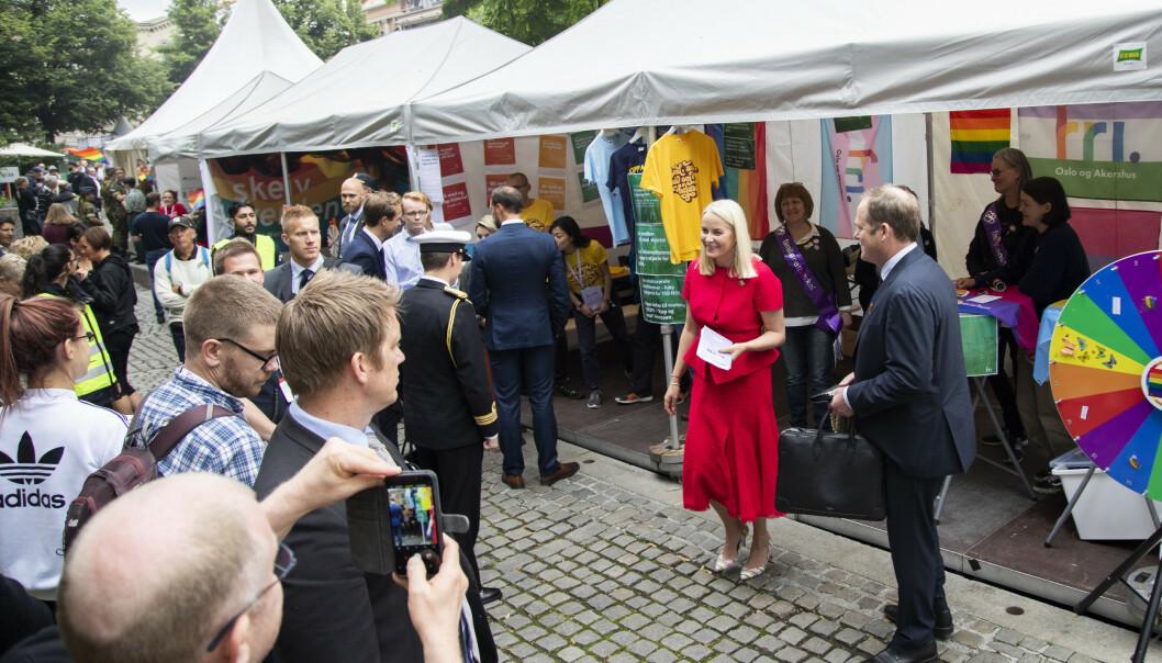 Kronprinsesse Mette Marit og kronprins Haakon besøker Pride Park for første gang. Foto: Ola Vatn / NTB scanpix
