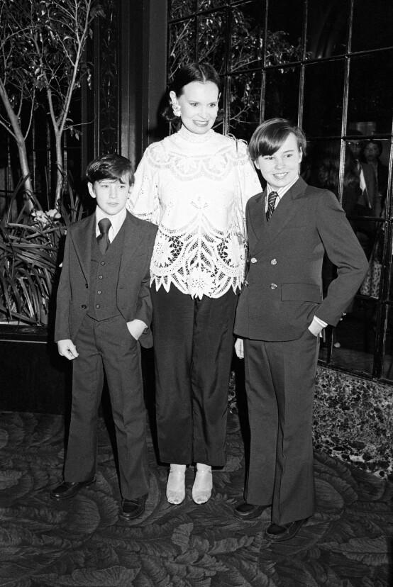 <strong>TRAGISK:</strong> Vanderbilt, her fotografert med sønnene Carter og Anderson i 1978, hadde et komplisert familieliv. Foto: NTB scanpix
