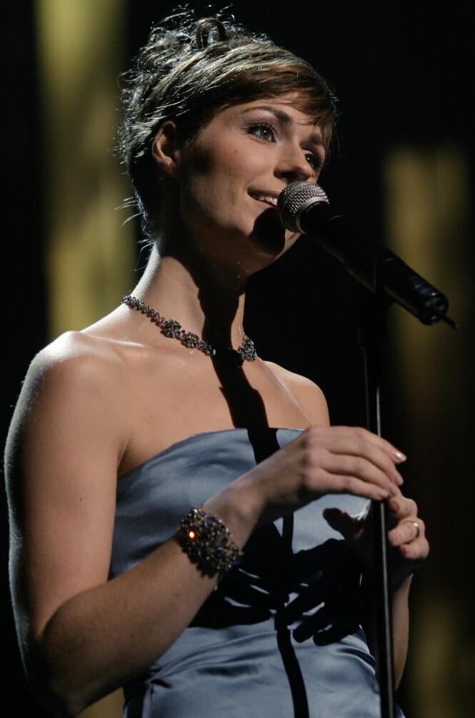 GULLSTRUPE: Etter at hun slo gjennom i 1986, har Sissel Kyrkjebø vært blant Norges aller største artister. Her synger hun under en julekonsert i Oslo Spektrum i 2003. Foto: NTB Scanpix