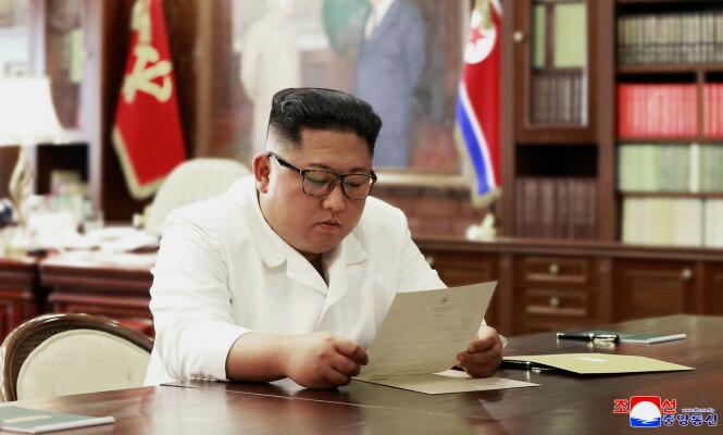 <strong>BREV FRA TRUMP:</strong> Statlige nordkoreanske medier har frigitt dette bildet, i forbindelse med at Kim Jong-un nylig skal ha mottatt et brev fra Donald Trump. Foto: NTB Scanpix