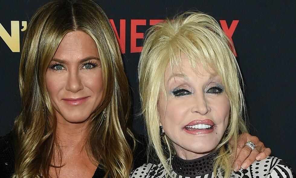 OPPTATT AV UTSEENDET: Countrydronningen Dolly Parton er kjent for å være tilhenger av kosmetiske inngrep og er svært opptatt av sitt eget utseende. Nå avslører hun sine skjønnhetsrutiner. Her er hun avbildet med skuespiller Jennifer Aniston i desember. Foto: NTB Scanpix