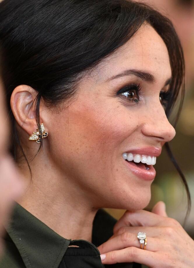 SKINNER: Forlovelsesringen koster i overkant av en million kroner, og er en av de dyreste smykkene i samlingen hennes. Øredobbene, som ble brukt av Diana i 1986, skal ha en prislapp på rundt 22 000 kroner. Foto: NTB scanpix
