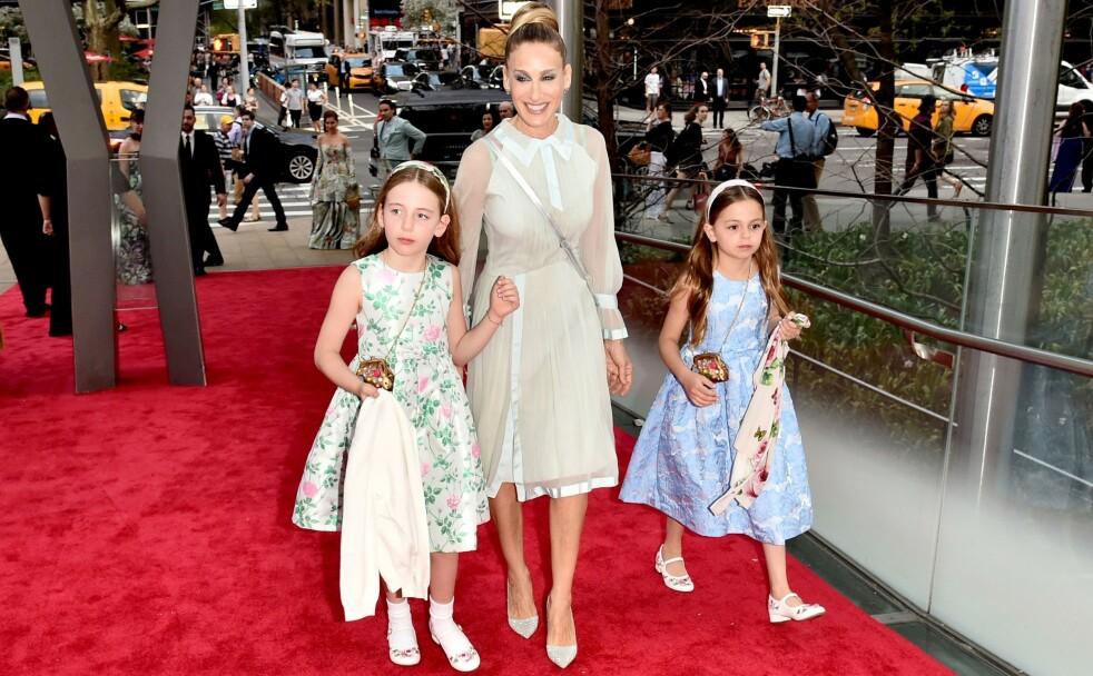 STOLT MAMMA: Sarah Jessica Parker tok med tvillingdøtrene Marion og Tabitha på rød løper i forbindelse med New York City Ballet Spring Gala i mai 2018. FOTO: NTB Scanpix