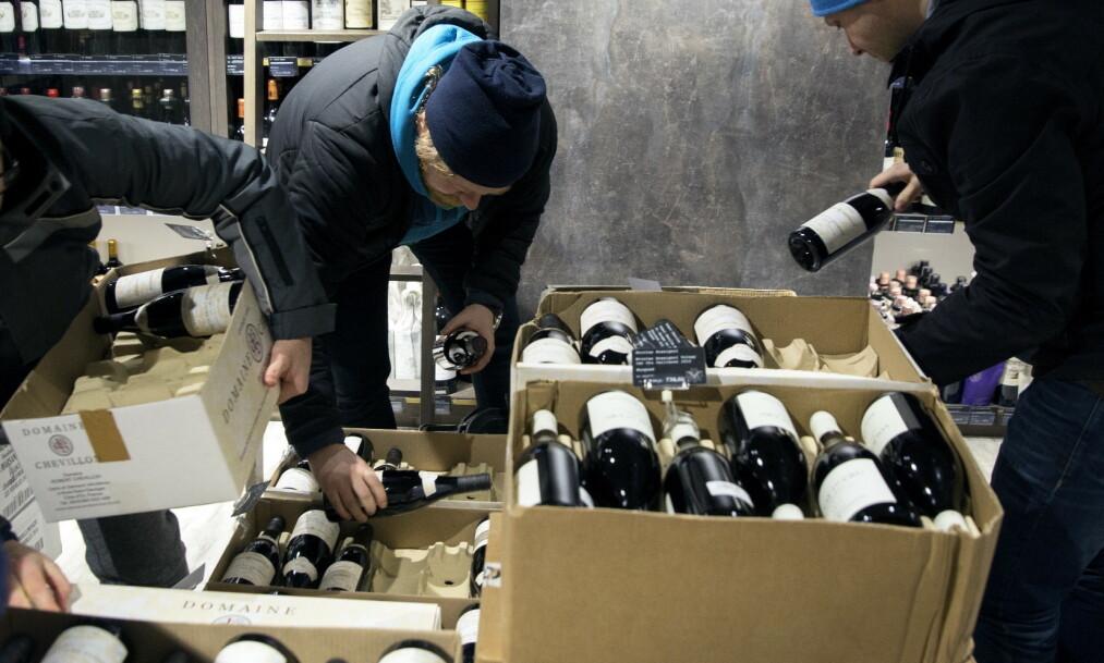 KONTRASTER: Mens enkeltpersoner kjøper sjeldne viner for hundretusener av kroner til eget privat bruk, har mange problemer med å klare seg? Tenker vi over hva slikt gjør med dem? Hvor ble det av solidariteten? spør kronikkforfatteren. Foto: Ole Berg-Rusten / NTB Scanpix