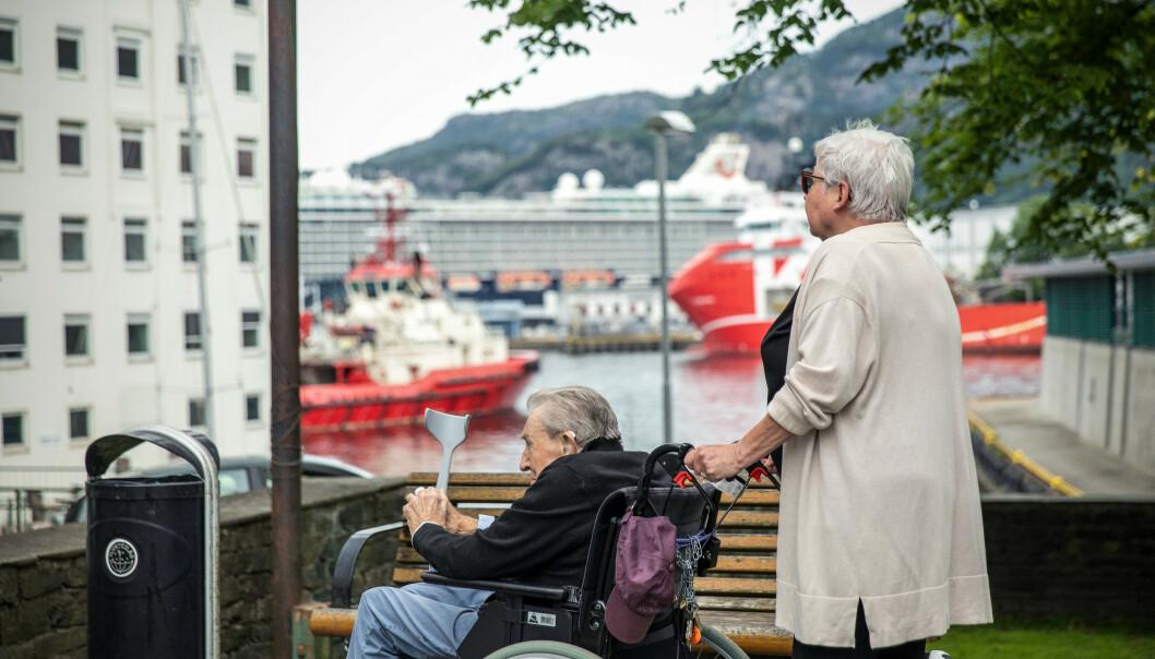 <strong>ETTERLYSER GODE AVSLASTNINGSTILBUD:</strong> Så sant været tillater, er Linda Sørbø (70) og ektemannen William (83) På trilletur i Bergen hver dag. Linda skryter av NAV og tilgangen på hjelpemidler, men etterlyser bedre aktiviserings- og avlastingstiltak for personer med demens og deres pårørende. Foto: Eivind Senneset.