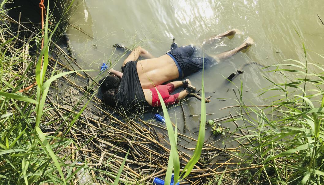 25 år gamle Óscar Alberto Martínez Ramírez og den 23 måneder gamle datteren Valeria omkom under kryssingen av elva Rio Grande på grensa mellom Mexico og USA. Bildet av de to har vakt sterke reaksjoner. Foto: Julia Le Duc / Le Jornada / AP / NTB scanpix