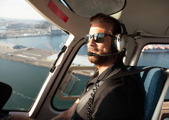 MEDITATIV PILOT: Lorenzo Lamas avslappet bak spakene med KKs reporter ved siden av over Los Angeles. Han behersker både fly og helikopter.– Fly er så automatiserte nå for tiden, så det er mye morsommere og mer utfordrende å fly helikopter, sier Lorenzo Lamas til KK. FOTO: Susanne Kindt.