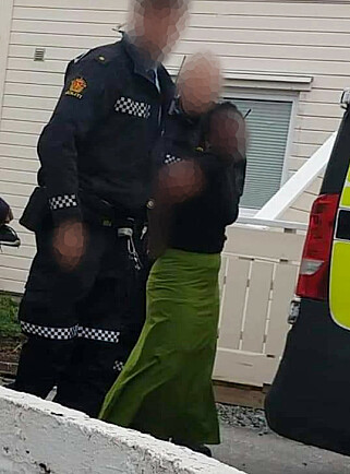 I HÅNDJERN: Jenta (13) gråter når politiet fører henne bort fra hjemmet. Foto: Privat