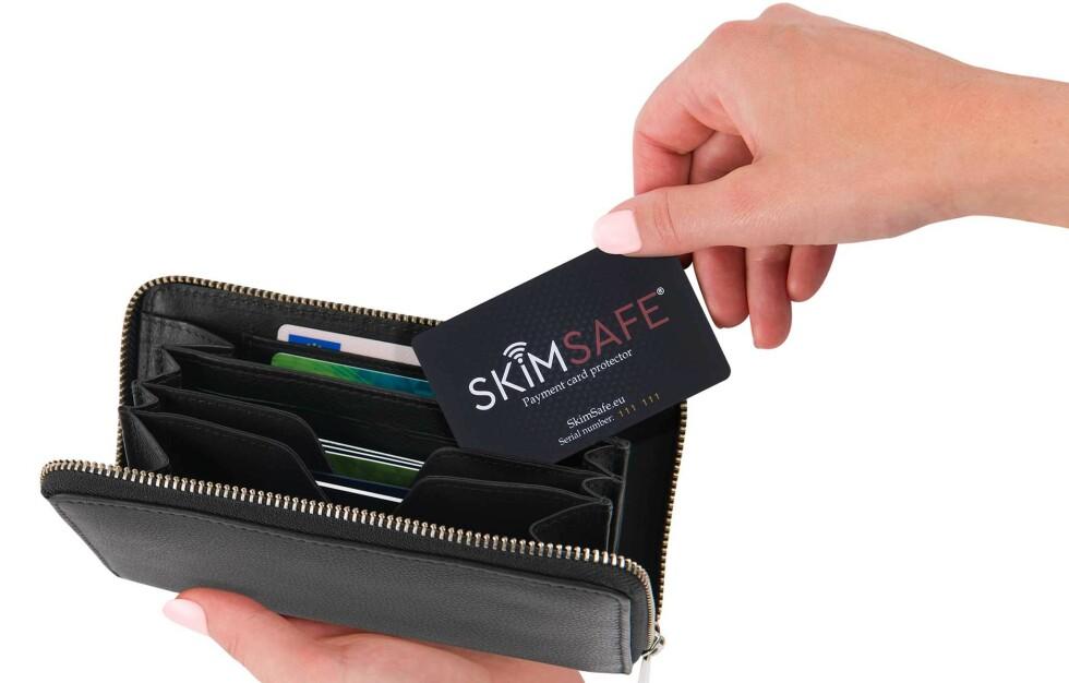 ANTI-SVINDELKORT: Putt et SkimSafe-kort i lommeboka - og beskytt bankkortene dine mot å bli svindlet!
