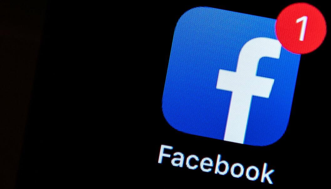 <strong>HEKTA:</strong> Facebook og andre vet at røde varselprikker gjør oss hekta. Men mange opplever de bare som forstyrrende. Foto: Silas Stein/DPA/NTB Scanpix