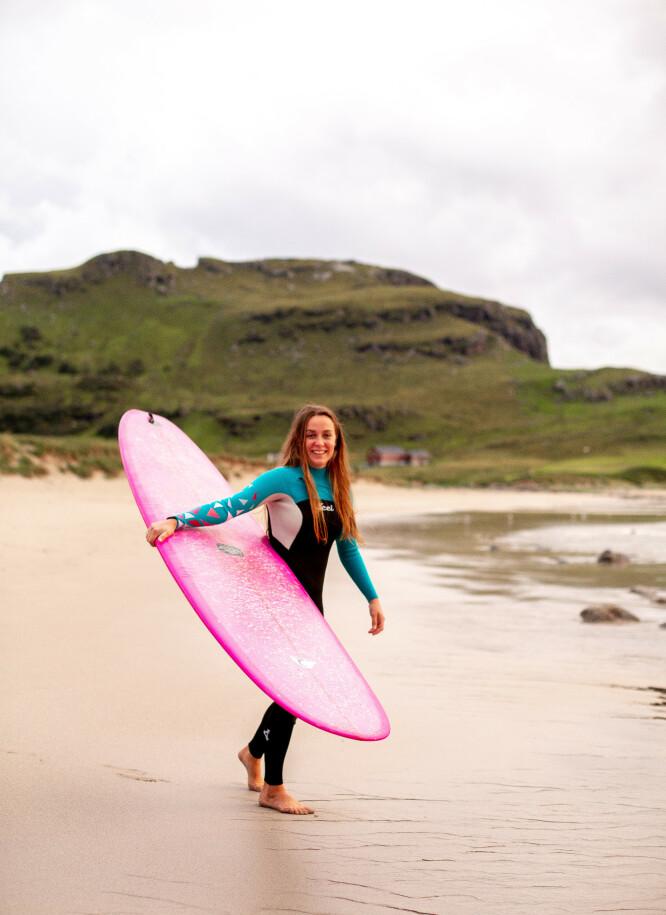 UT MOT HAVET: - Ved havet får jeg ro og sjelefred, sier Gunhild som har mange års erfarings om surfer. Sandnes-jenta har bosatt seg på Jæren for å kunne dyrke surfeinteressen hele året. FOTO: Salt and Wax Studios