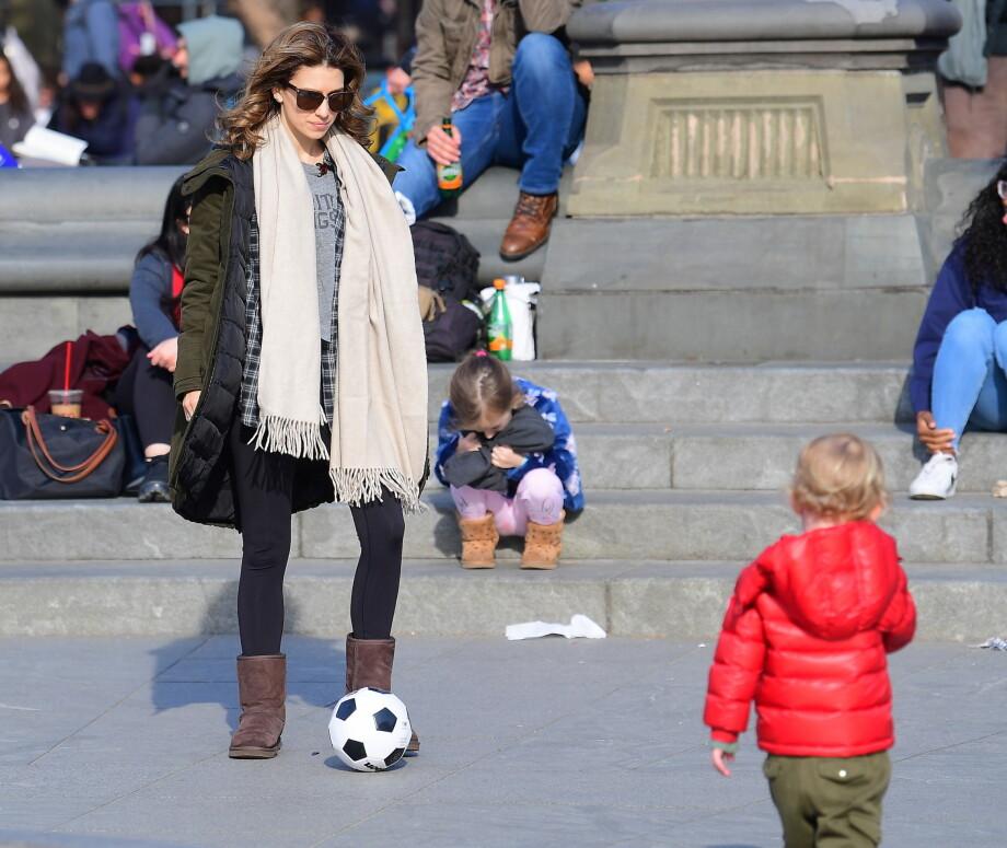 AKTIV MAMMA: Hilaria Baldwin er opptatt av at barna skal bruke kroppen så mye som mulig. Her sparker hun fotball med to av dem i Washington Square Park i New York i mars. FOTO: NTB Scanpix