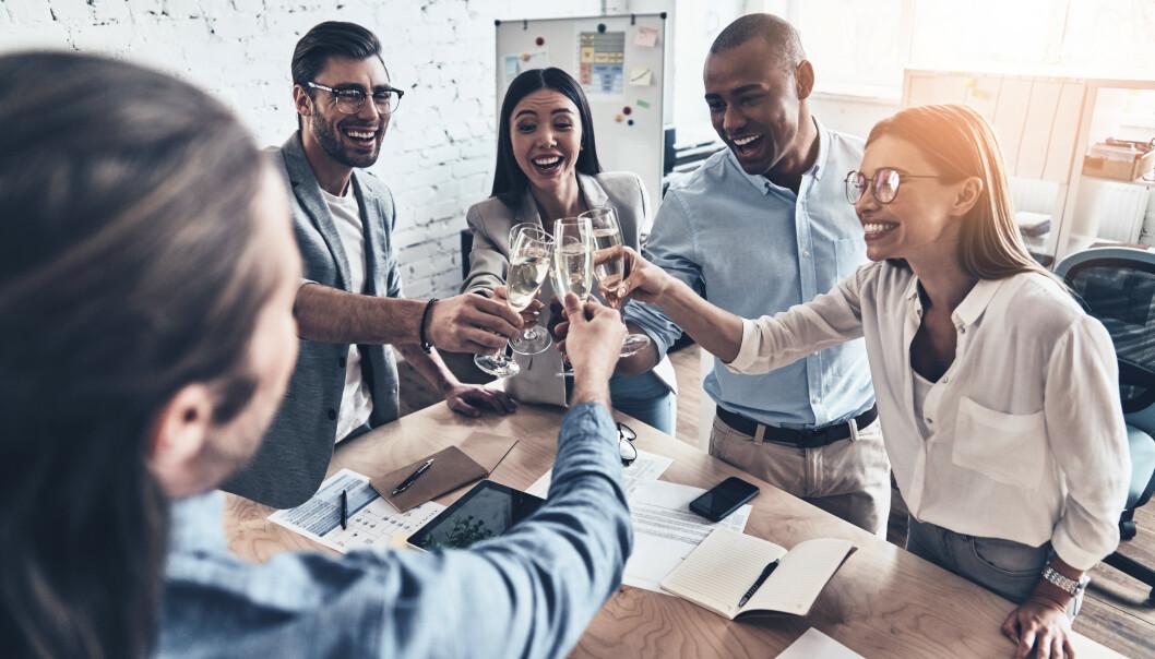 JOBBFEST: Selv i arbeidslivet har alkoholen funnet sin plass, og tall fra Folkehelseinstituttet viser at 1 av 10 uteblir fra sosiale situasjoner med jobb på grunn av drikking. Foto: NTB Scanpix