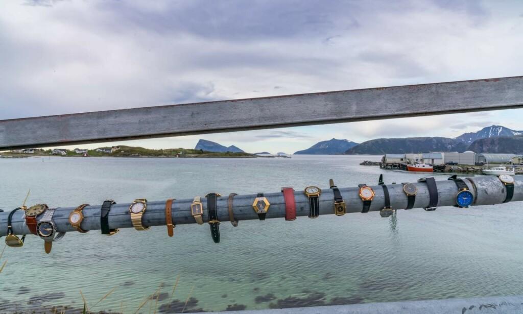 PROMOBILDE: Slik ble kampanjen framstilt. Beboerne på Sommarøy kvitter seg med klokker og ur. Foto: Innovasjon Norge