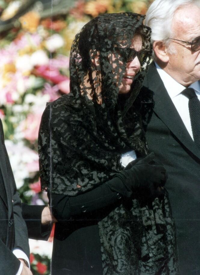 <strong>BUNNLØS SORG:</strong> Prinsesse Caroline mistet sin store kjærlighet. Her avbildet under begravelsen. Foto: NTB Scanpix