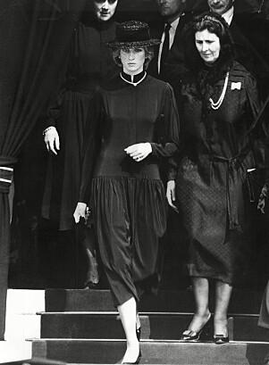 <strong>SISTE FARVEL:</strong> Over 400 personer deltok i begravelsen - deriblant prinsesse Diana, som selv mistet livet i en bilulykke 15 år etter. Foto: NTB Scanpix