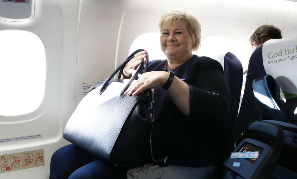 FLYR: Statsminister Erna Solberg (H) flyr med god samvittighet, og mener heller ingen andre nordmenn skal går rundt og kjenne på flyskam. Foto: Torstein Bøe / NTB scanpix