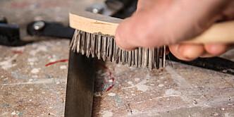 <strong>Børste:</strong> Bruk gjerne en stålbørste i kombinasjon med oljen. Foto: Øivind Lie-Jacobsen