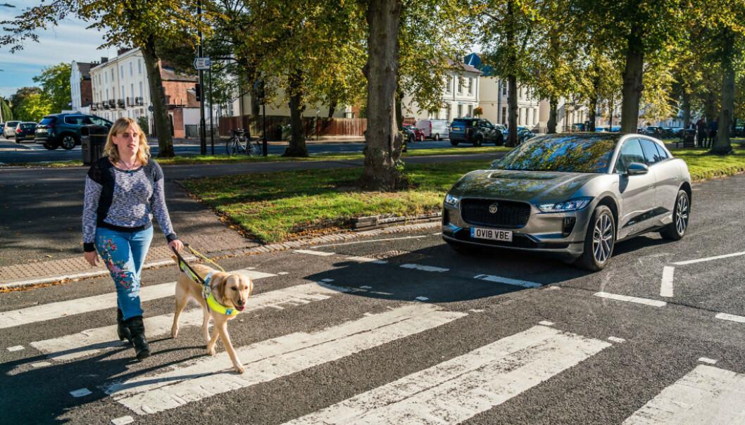 LITE FREMTISRETTET: Akustiker i SINTEF er skeptisk til innføringen av kunstig motorlyd i elbiler. Lyden innføres for å varsle synshemmede. Foto: Jaguar