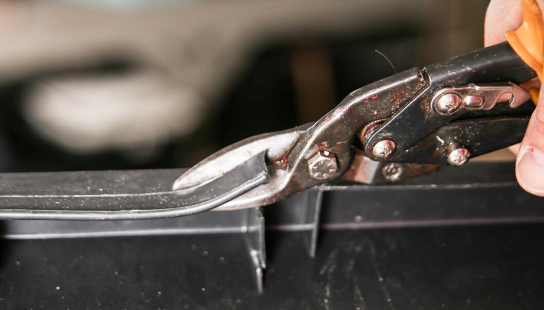 Murdunk: Ta utgangspunkt i en firkantet murdunk i passe størrelse. Er det håndtak som stikker ned på sidene klippes de bort med en kraftig saks. Bor hull med 20 cm mellomrom på begge sider. Hullene skal bores 2-3 cm opp fra bunnen, bruk 10mm bor. Foto: Øivind Lie-Jacobsen