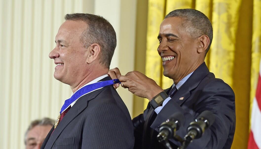 <strong>HEDRET:</strong> I 2016 ble Tom Hanks belønnet med «Medal of Freedom» - den høyeste heder alminnelige mennesker kan oppnå i USA. Barrack Obama er blant skuespillerens private venner. Foto: NTB Scanpix