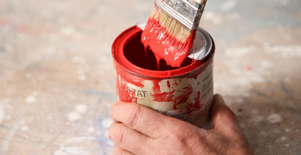 <strong>Ren kant:</strong> Med et halvt lokk kan du stryke av penselen uten å grise til boksen. Foto: Øivind Lie-Jacobsen