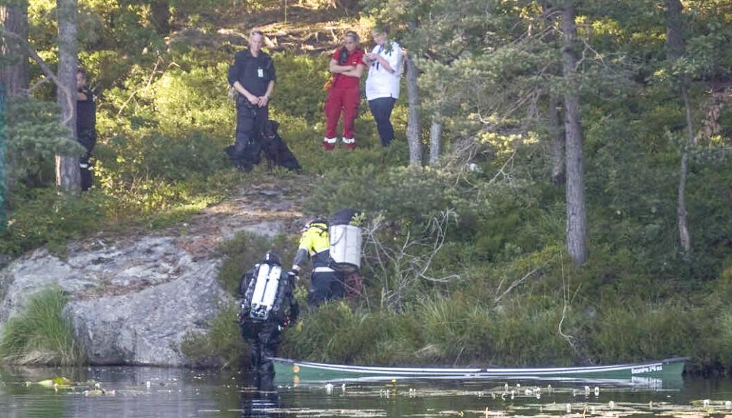 Det søkes fredag kveld etter en savnet kanopadler i Tretjønn på Gimlekollen i Kristiansand. En kano er funnet opp ned i vannet, etter at en mann i 50-årene ble meldt savnet. Foto: Tor Erik Schrøder / NTB scanpix