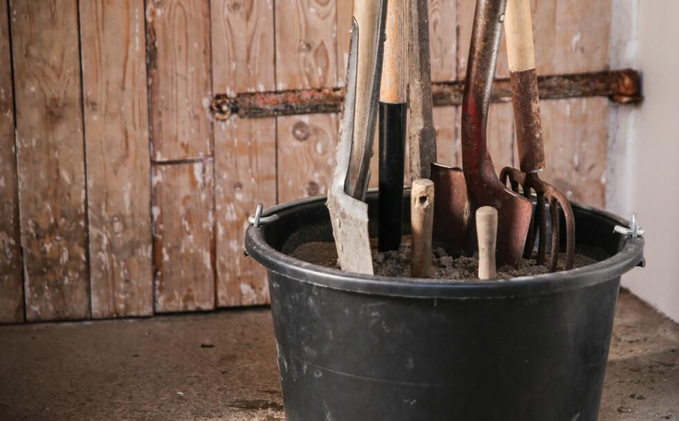 <strong>Sandbøtte:</strong> Plasseffetiv lagring, i tillegg får hageredskapene en liten skrubb og et beskyttende lag olje. Foto: Øivind Lie-Jacobsen