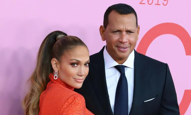 FORLOVET: Jennifer Lopez og Alex Rodriguez forlovet seg tidligere i år, 14 år etter at de møttes for første gang. Her er duoen avbildet under CFDA-awards. Foto: NTB Scanpix