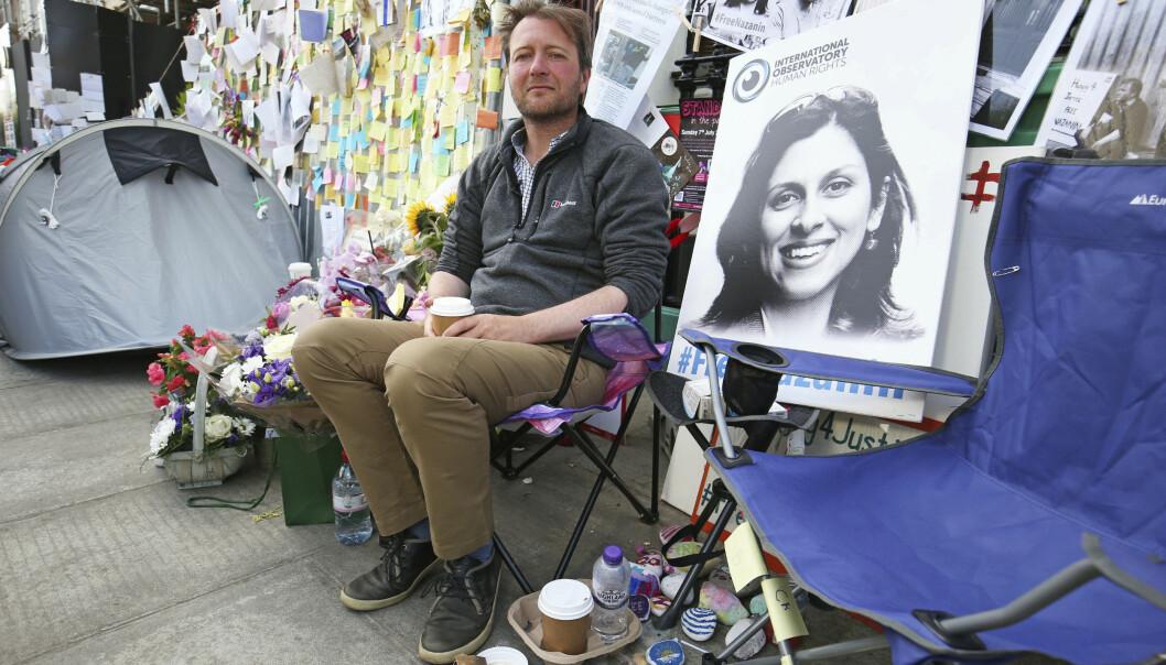 Richard Ratcliffe, ektemannen til den britisk-iranske kvinnen Nazanin Zaghari-Ratcliffe, som sitter fengslet for spionasje i Iran, protesterer utenfor Irans ambassade i London. Foto: AP / NTB scanpix