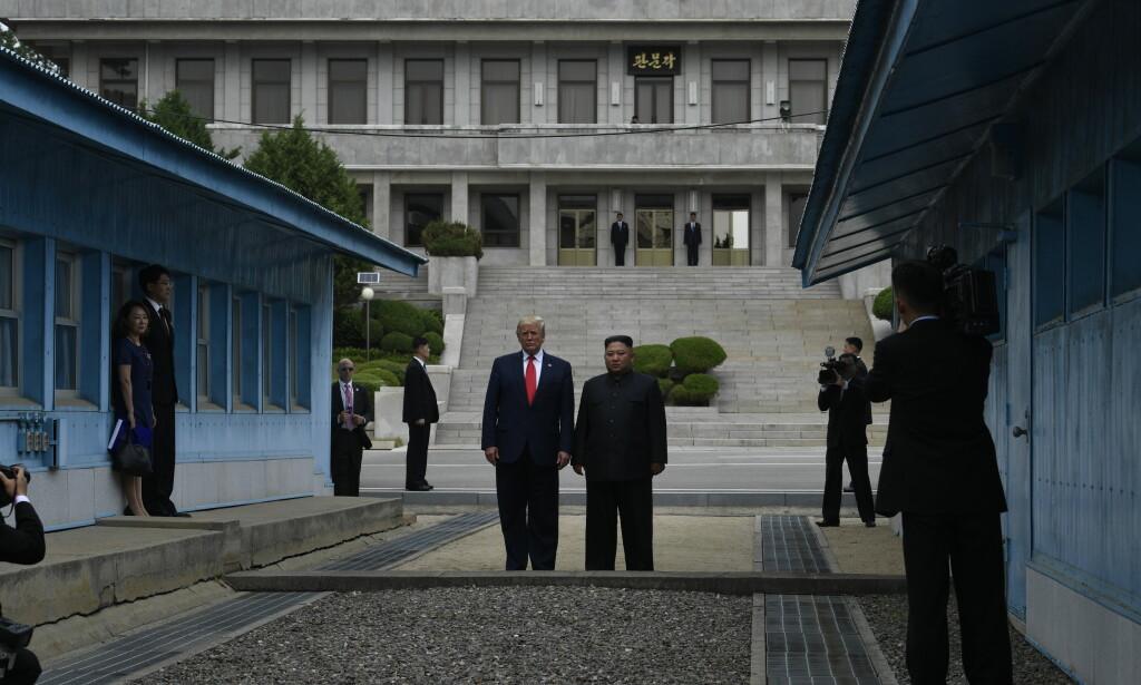 President Donald Trump ble søndag første sittende amerikanske president til å besøke Nord-Korea, da han tok noen steg over grenselinjen sammen med landets diktator Kim Jong-un. Foto: AP / NTB scanpix