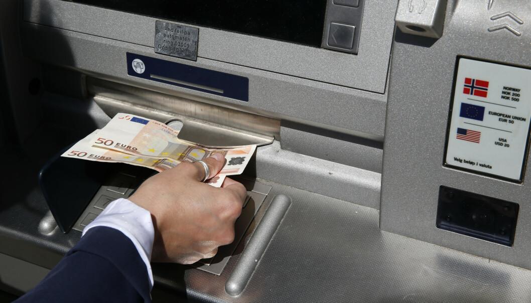 Én av tre nordmenn velger å ta ut utenlandsk valuta før de reiser på sommerferie. Det er både dyrt og unødvendig, mener forbrukerøkonom. Illustrasjonsfoto: Vidar Ruud / NTB scanpix