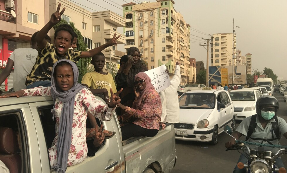 KREVER SIVILT STYRE: Tusenvis av sudanere gikk ut i gatene i hovedstaden og i andre byer i dag, i det som skulle bli til den varslede million-marsjen. Demonstrantene har fått nok av militærstyre, og vil ha sivil regjering og større frihet. Foto: Omer Erdem / Anadolu Agency / Scanpix