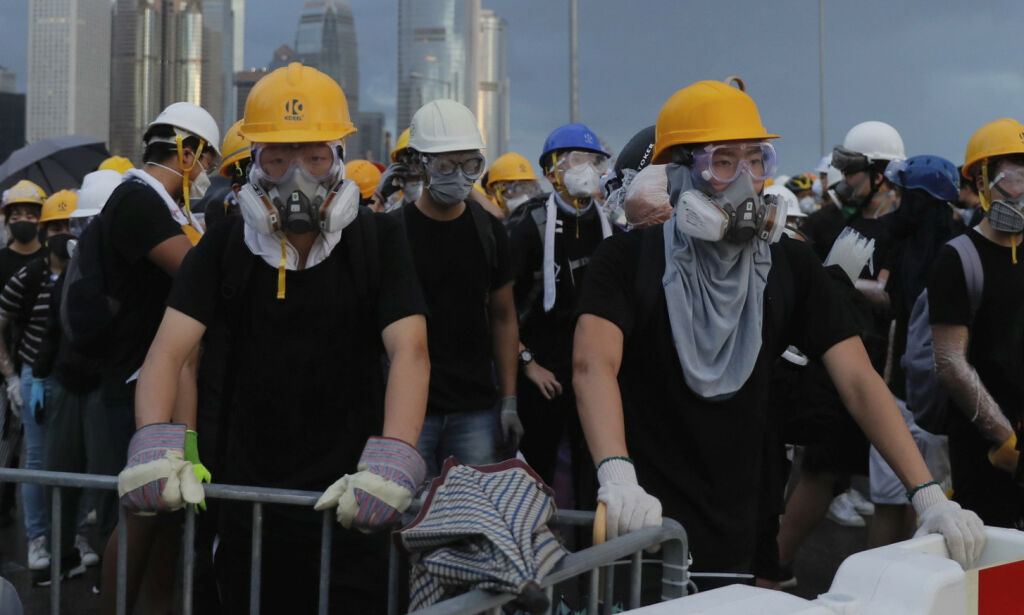 image: Demonstranter sperrer veier i Hongkong
