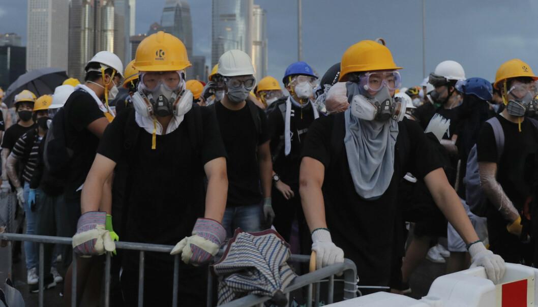 Demonstranter sperrer veier i Hongkong