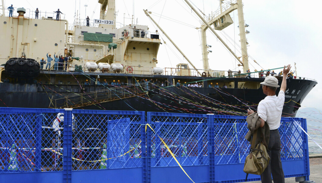 En hvalbåt går fra kai i Shimonoseki i Japan mandag etter at landet offisielt gjenopptok kommersiell hvalfangst. Foto: AP / NTB scanpix