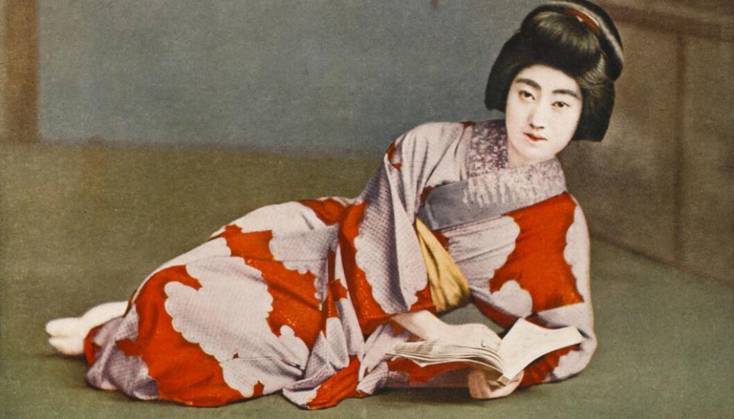 KIMONO: Drakten Kimono er den tradisjonelle japanske nasjonaldrakten. Drakten svøpes rundt kroppen, alltid med den venstre siden over mot høyre og holdes på plass av et bredt tøybelte som bindes sammen bak på ryggen. Foto: NTB scanpix