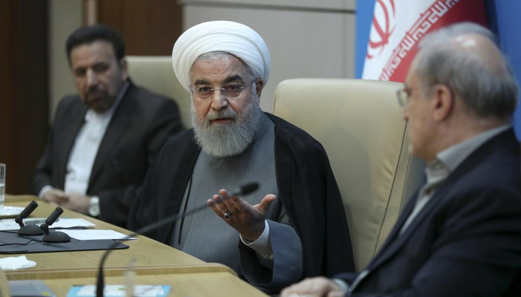 Irans president Hassan Rouhani (i midten) har varslet at landet vil bryte atomavtalen trinn for trinn hvis ikke noe gjøres for å lette sanksjonspresset fra USA. Foto: AP / NTB scanpix