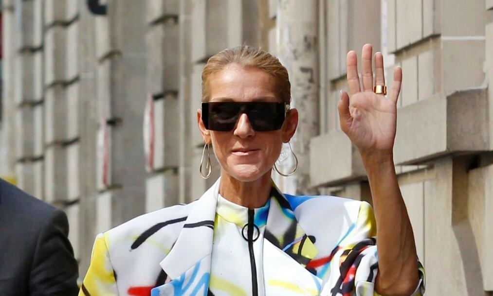 VEKKER OPPSIKT: Den kjente sangeren Celine Dion hadde valgt et noe oppsiktsvekkende antrekk under Fashion Week i Paris i helgen. Foto: NTB Scanpix