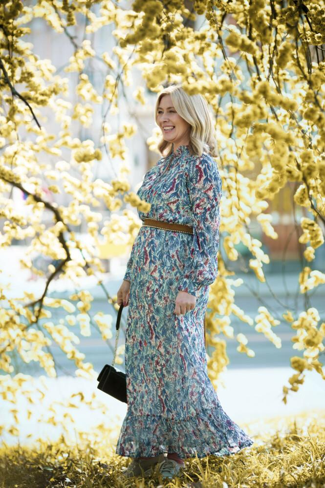 Kjole (kr 1800, Sunco), belte (kr 1700) og veske (kr 5000, begge fra Iro). Tips! Den bohemske sommerkjolen er en evig favoritt! Røff den opp med et skinnbelte. FOTO: Astrid Waller
