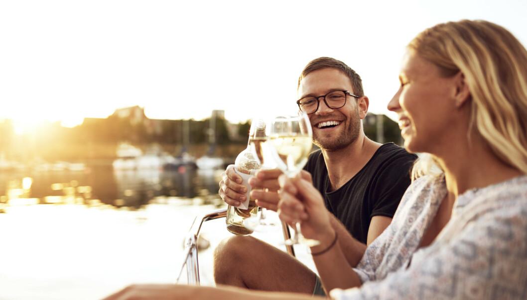 <strong>OFTERE ENN ELLERS:</strong> Vi drikker mer når vi har ferie. Ofte blir det gjerne et og to eller tre glass på terrassen, til middagen eller til solnedgangen. Hvor farlig er det egentlig å drikke tre-fire uker i strekk? Foto: Scanpix/Shutterstock