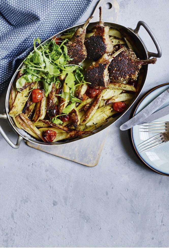 Smuldret rugbrød og pinjekjerner gir lammekotelettene en lekker, sprø panering. FOTO: Nina Malling