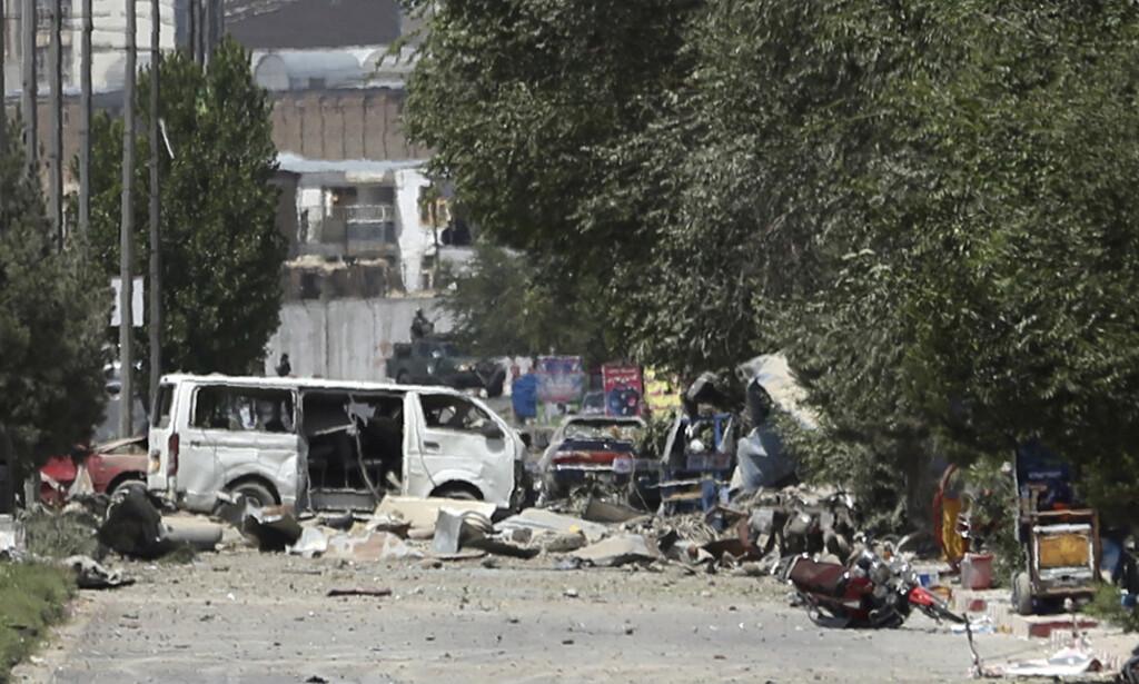 En ødelagt hvit varebil i området der bomben gikk av. Foto: Rahmat Gul / AP / NTB scanpix